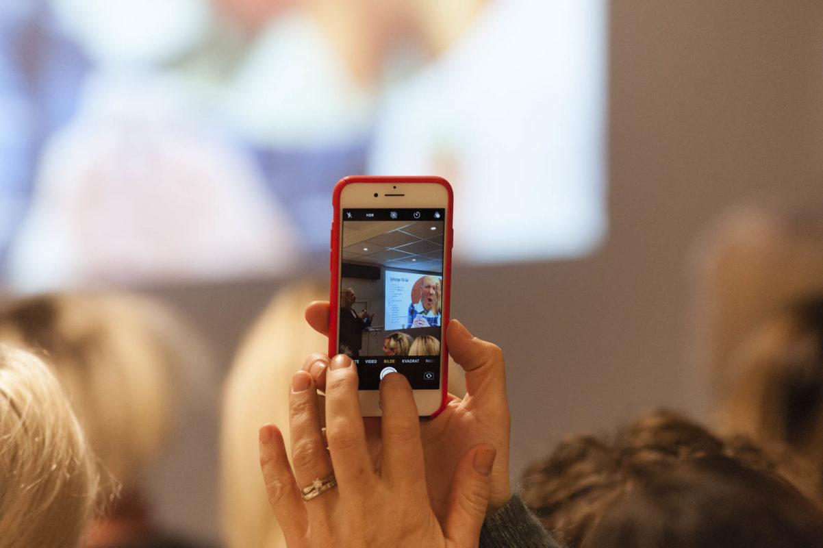 Bilde av mobiltelefon som tar bilde av skjermen