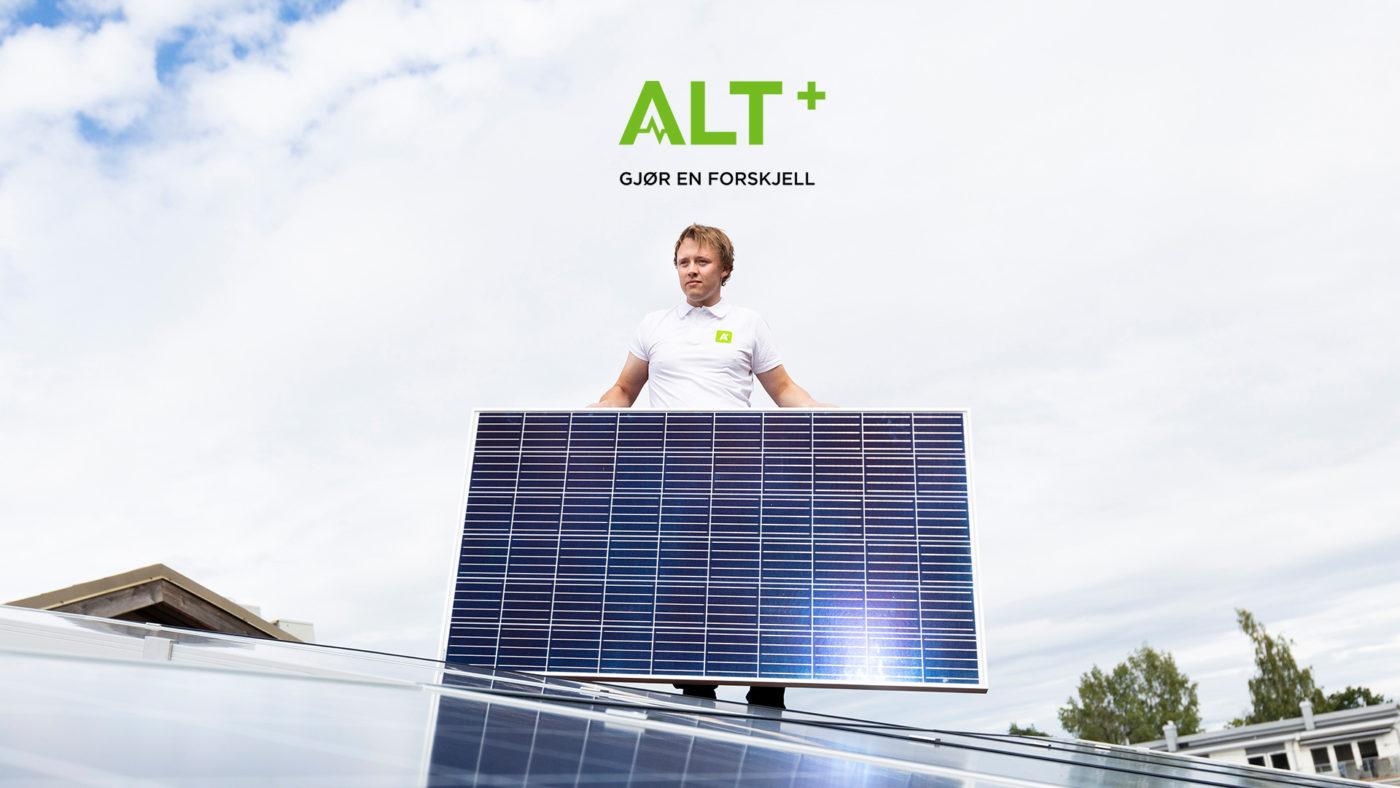 Medarbeider fra Alt+ med solcellepanel