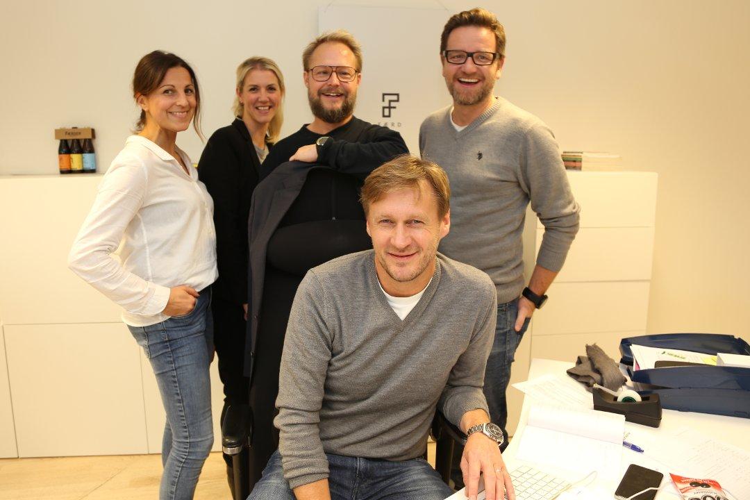 FORNØYDE: Færd-sjef Paal Bjønness (foran) og kollegene Katarina Skovly (fra venstre), Elise Landa Omsland, Kim Larsen og Esben Visnes. Foto: Jan Erik Hvidsten