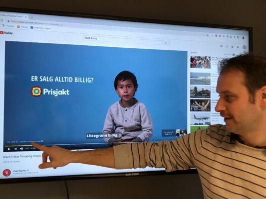 Caspar, som er digital rådgiver hos Færd, viser Google Ads på tv