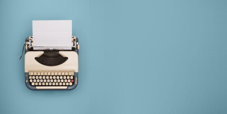 slik skriver du en god om oss tekst - bilde av skrivemaskin